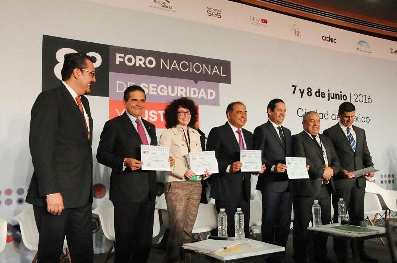 El mandatario estatal acompañó al secretario de Gobernación, Miguel Ángel Osorio, a la clausura del evento que inició este martes