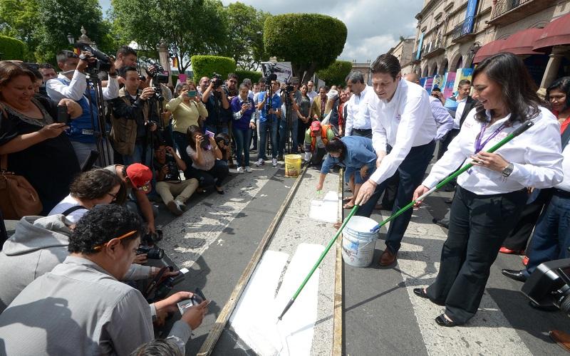 """Martínez Alcázar destacó la importancia que tiene el hecho de que las autoridades señalicen los lugares de cruce para el peatón, como parte del programa de educación vial """"Cruce Seguro"""""""