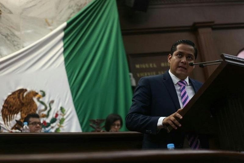Hace una semana Moncada Sánchez, en compañía de Cuauhtémoc Pedraza, presentó ésta iniciativa ante la Secretaría de Servicios Parlamentarios