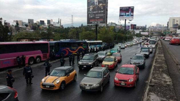 De acuerdo con el espacio noticioso de Ciro Gómez Leyva, en Radio Fórmula, los policías llevan a cabo una revisión a partir de la caseta de cobro de la Autopista México-Toluca con dirección a la Ciudad de México