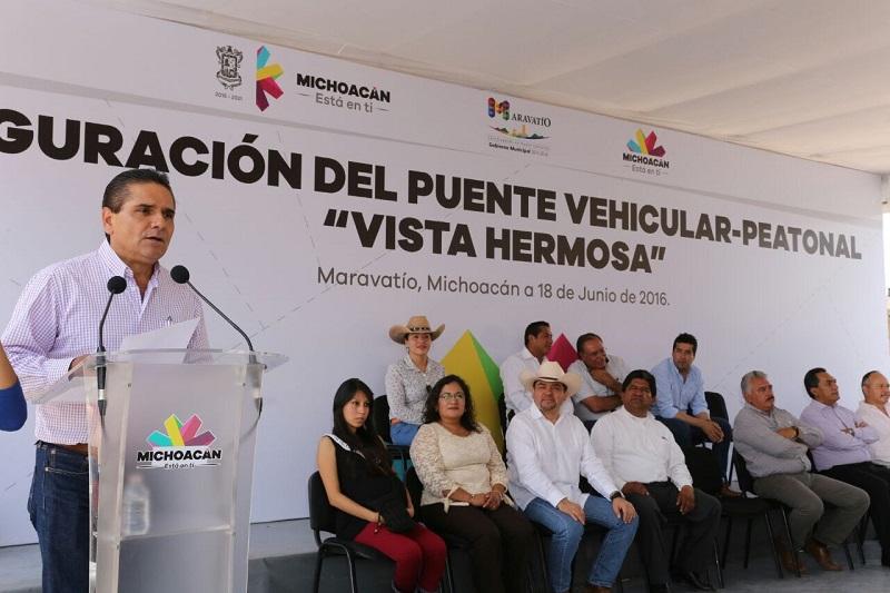 En gira de trabajo por Maravatío, Aureoles Conejo inauguró el puente vehicular-peatonal Vista Hermosa, que tuvo una inversión cercana a los 5 mdp