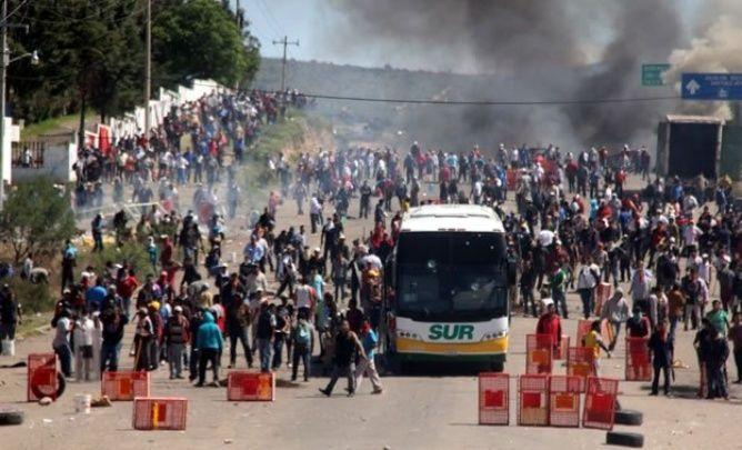 Los enfrentamientos en Nochixtlán, en los que los manifestantes lanzaron piedras, cohetes, cócteles molotov e incendiaron vehículos, se prolongaron durante varias horas del domingo