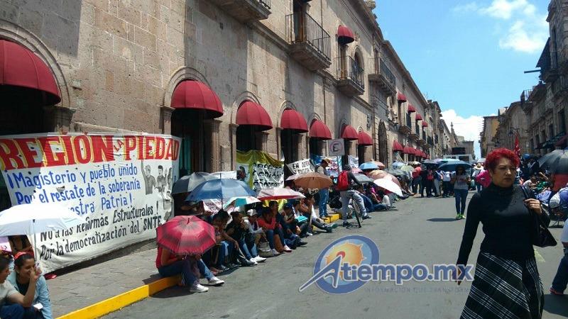 En el lugar, los manifestantes mostraban mantas y pancartas, además de gritar consignas en contra de la reforma educativa y el gobierno federal (FOTO: FRANCISCO ALBERTO SOTOMAYOR)