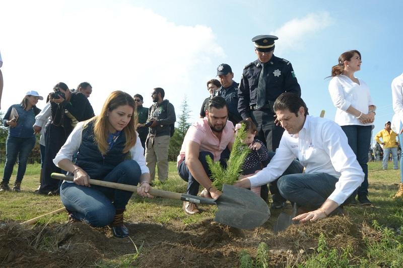 Martínez Alcázar, hizo hincapié en que no sólo se trata de sembrar un árbol, sino también de cuidarlos, pero sobre todo de cambiar la conciencia sobre el cuidado de la ecología