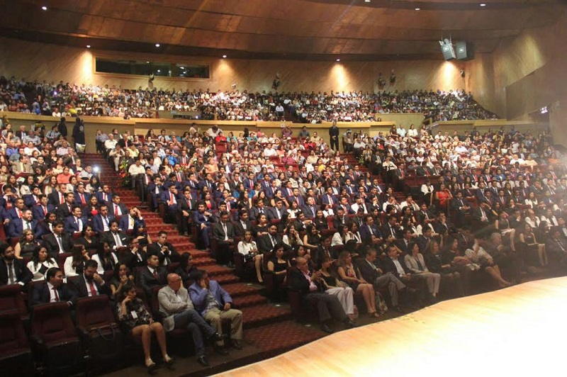 El secretario Académico, Jaime Espino Valencia, presidió la ceremonia de entrega de cartas de pasante a los jóvenes de 10 secciones de la Facultad de Arquitectura
