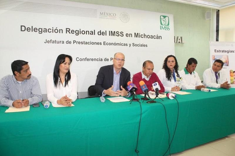 El Delegado del IMSS en Michoacán, Román Acosta Rosales, afirmó que se dará atención a 150 niños, niñas y adolescentes con problemas de obesidad, derivados del Área Médica, principalmente de las UMF No. 75 y No. 80