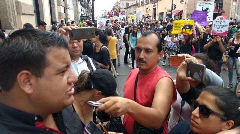 Los manifestantes además realizaron una ofrenda a las afueras del Congreso del Estado de Michoacán, en donde pegaron imágenes, asentaron flores en modo de protesta