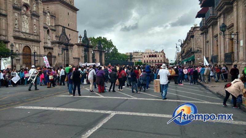 Los manifestantes, procedentes de varios municipios del estado, marcharon en círculos por el Centro Histórico de Morelia para evitar ser desalojados por elementos de la SSP (FOTO: FRANCISCO ALBERTO SOTOMAYOR)