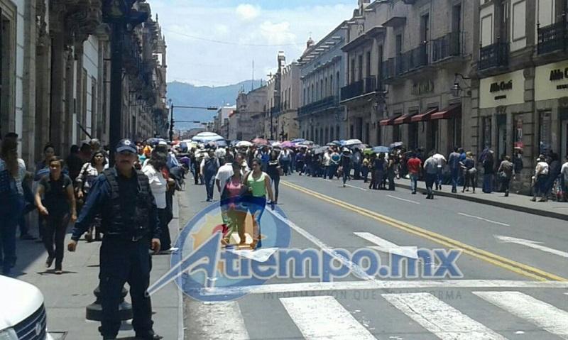 El bloqueo frente a la sede del Congreso del Estado se extendió más allá de las 16:00 horas, con la intención de generar más problemas durante la hora pico del tráfico en la ciudad (FOTO: NICOLÁS CASIMIRO)