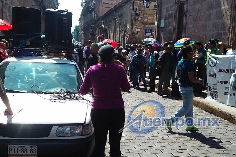 Durante su manifestación, los maestros bloquearon las calles Allende y Galeana, enfrente y a un costado de la sede del gobierno municipal (FOTO: FRANCISCO ALBERTO SOTOMAYOR)