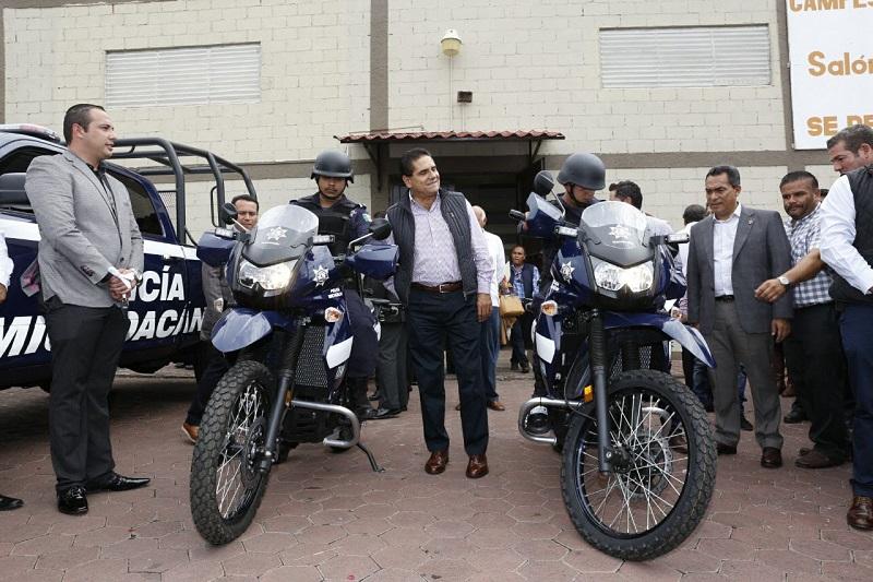 El Grupo de Coordinación Michoacán presenció la entrega que hizo el gobernador Aureoles Conejo, de una camioneta pick up y dos motocicletas para reforzar las labores de patrullaje en el municipio de Los Reyes