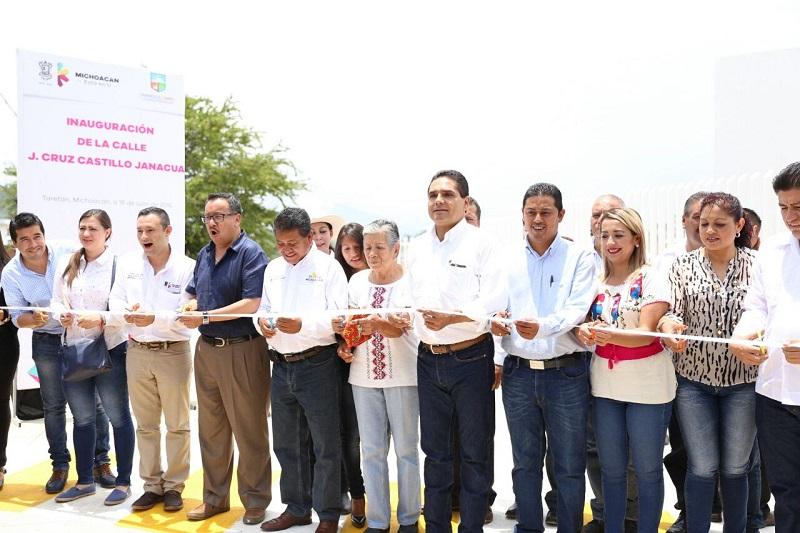 El alcalde de Taretan, Alejandro Chávez, señaló que el hospital es un sueño para las y los habitantes de la región, al tiempo que agradeció la visita del gobernador y reconoció su calidad humana