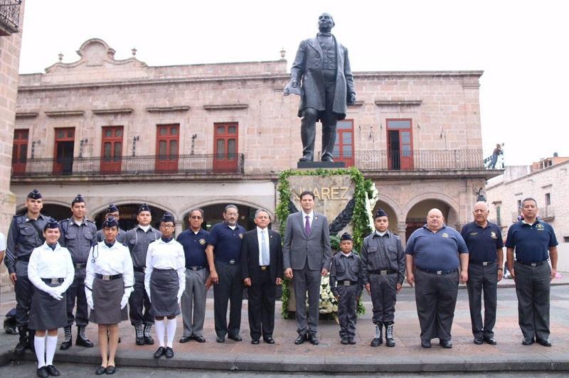 Alfonso Martínez, acompañado por los funcionarios municipales y estatales, montó guardia de honor y colocaron la ofrenda floral en el busto de Benito Juárez