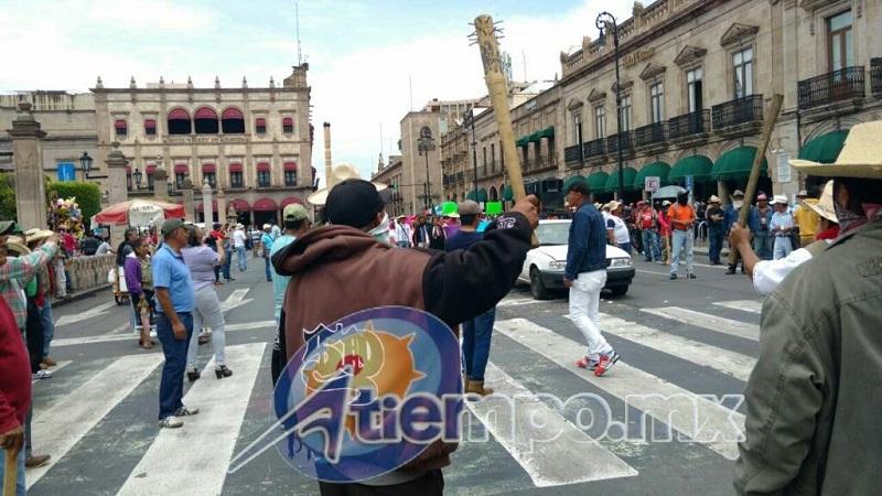 Comuneros y normalistas se manifiestan frente a Palacio de Gobierno para exigir plazas automáticas para los recién egresados de la Escuela Normal Indígena de Cherán