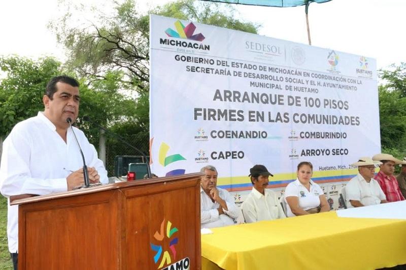 Elías Ibarra dio a conocer que las comunidades beneficiadas con los pisos firmes son Coenandio, Capeo, Arroyo Seco y Comburindio, en las que se hizo la rehabilitación de las viviendas, con la construcción de los pisos firmes