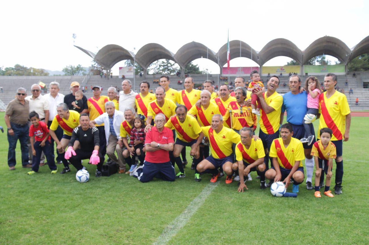 El alcalde Alfonso Martínez convivió con los aficionados que se dieron cita en el Estadio Venustiano Carranza y felicitó a quienes formaron parte del aquel histórico equipo