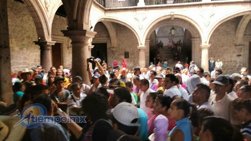 Los manifestantes insisten en que el Ayuntamiento de Morelia ignore los procesos para ejecutar obras y adjudique el proyecto correspondiente a la construcción del camino a Atécuaro a una empresa afín al grupo social