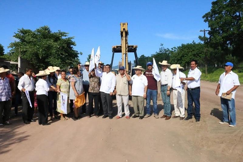 Durante una gira de trabajo, el presidente municipal acompañado de los integrantes del  cabildo, visitó la calle Zirándaro, en donde dio arranque a la pavimentación de la calle, con la cual atiende la solicitud de los habitantes del lugar