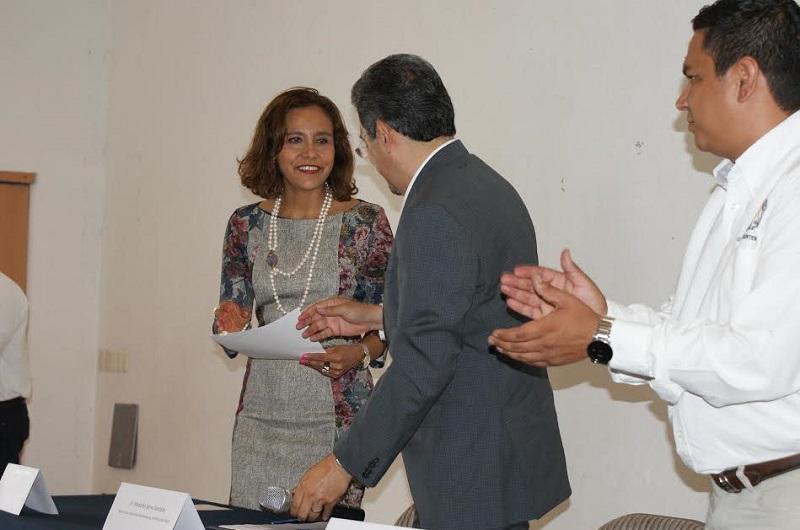 En gira de trabajo por este municipio del Oriente de Michoacán, Serna González entregó el nombramiento a Torres Chávez, abogada de profesión y académica de la Facultad de Derecho y Ciencias Sociales