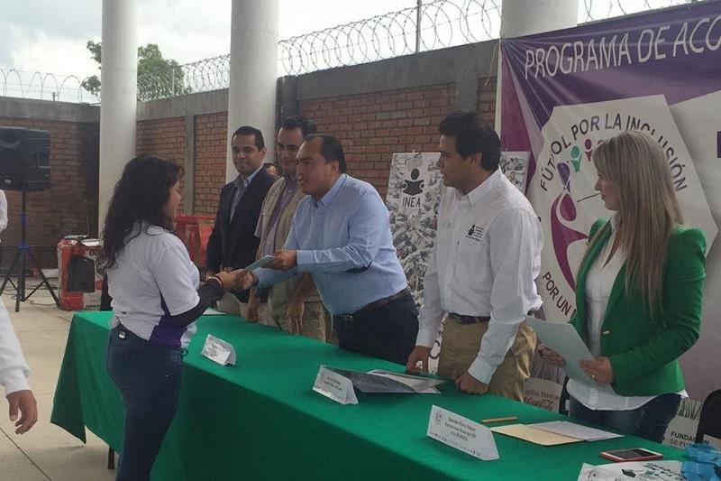 En este evento se hizo entrega de 59 certificados del programa especial de certificación del INEA a jóvenes de primaria y secundaria