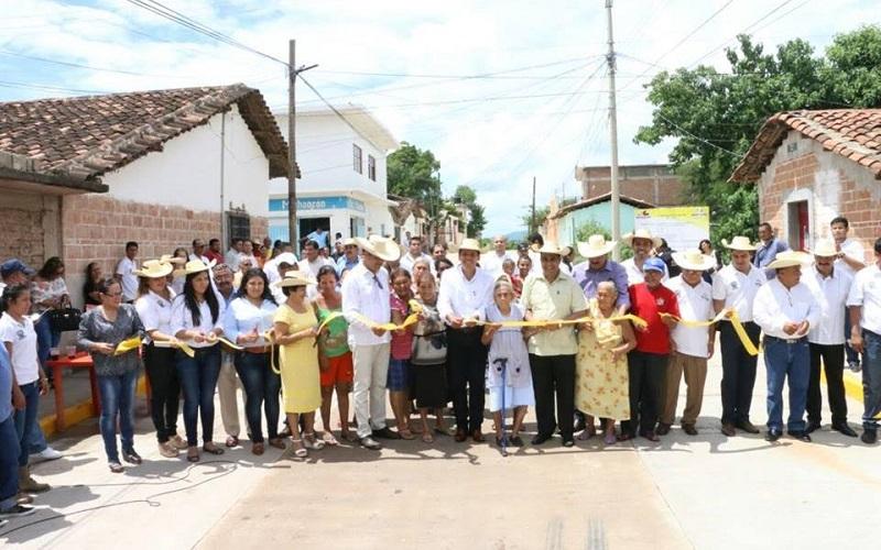 Elías Ibarra inauguró la pavimentación y drenaje sanitario en la calle Caltzontzin en la Colonia El Toreo, con lo que se cumple los compromisos asumidos con los huetamenses de dicha zona