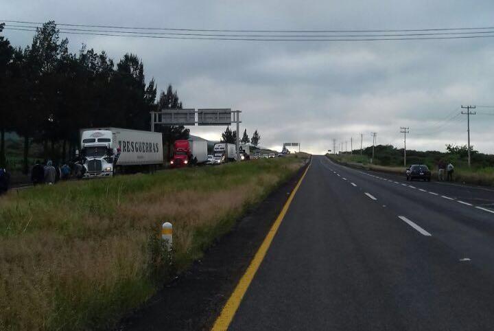 De acuerdo con la SSP de Michoacán, los camiones secuestrados ya han sido retirados y la vialidad se encuentra libre (FOTO: LA JORNADA)