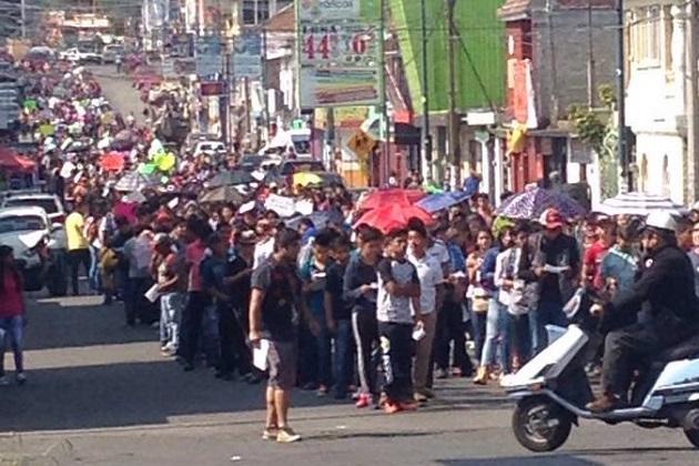 Los manifestantes marcharon por la calle Cuautla y la Avenida Madero hasta llegar al frente de Palacio de Gobierno, donde realizan un bloqueo (FOTO: EXENI MORELIA)