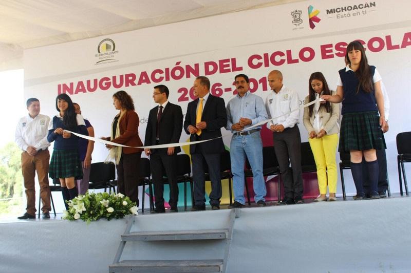 El director general del Telebachillerato Michoacán, Francisco Mora Ciprés, deseó éxito en esta  nueva etapa a los jóvenes que iniciaron o dan continuidad a su preparatoria en los planteles del subsistema