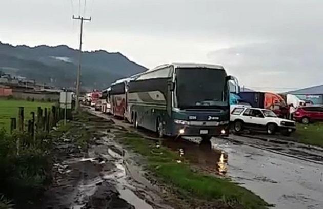 Según cálculos oficiales, se calcula que aún hay más de 110 automotores secuestrados por miembros de la CNTE, normalistas y comuneros indígenas en la comunidad de Turicuaro