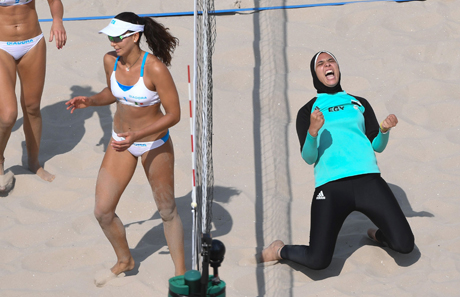 Doaa El Ghobashy (R) from Egypt celebrates as Marta Menegatti and Laura Giombini (L) from Italy look on during the Women's Preliminary - Pool D match Menegatti/Giombini of Italy against Elghobashy/Nada of Egypt at the Beach Volleyball events during the Rio 2016 Olympic Games at the Beach Volleyball Arena Copacabana in Rio de Janeiro, Brazil, 9 August 2016. Photo: Sebastian Kahnert/dpa