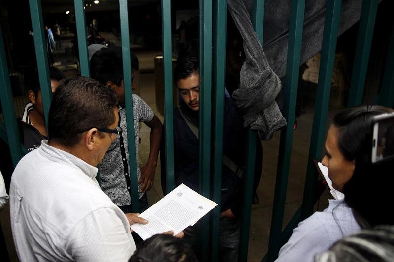 La acción legal se dio luego del llamado que hizo el rector de la UMSNH, Medardo Serna, para la desocupación de los espacios universitarios, sin que haya habido respuesta por parte de los manifestantes