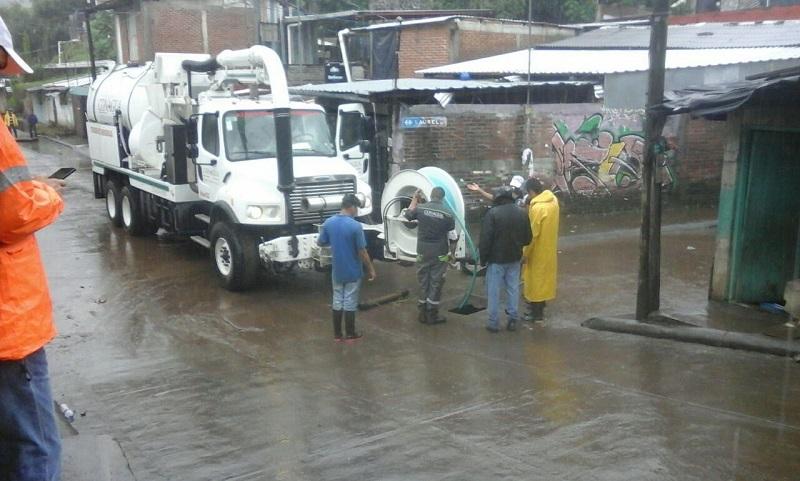 Ante la urgencia de sanear las zonas inundadas, se realizó la aplicación de calhidra y plata coloidal en focos de infección del municipio de Uruapan