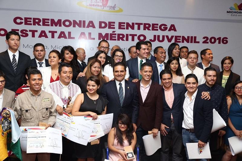 17 jóvenes fueron galardonados en 9 categorías; Silvano Aureoles se asume como un gobernador aliado de los jóvenes