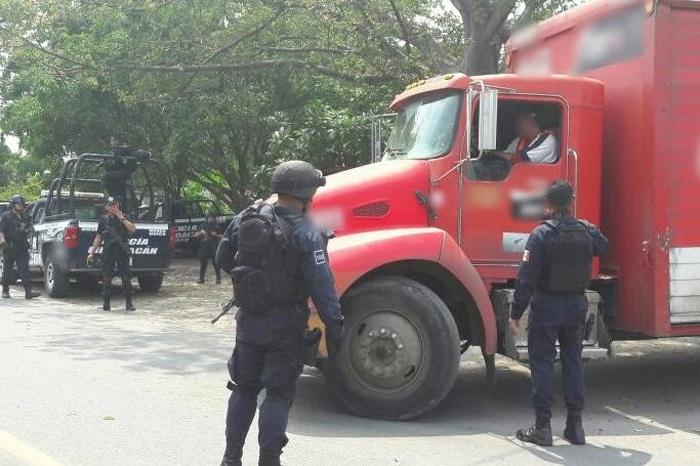 Tras la recuperación de unidades, elementos de la Policía Michoacán continúan con el monitoreo de carreteras, casetas de peaje y vías férreas en diferentes municipios de la entidad