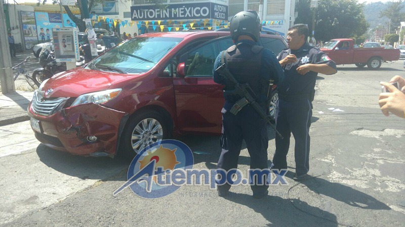 Tras intentar huir, el conductor de la camioneta particular fue detenido metros más adelante por otro agente de la policía motorizada (FOTOS: FRANCISCO ALBERTO SOTOMAYOR)