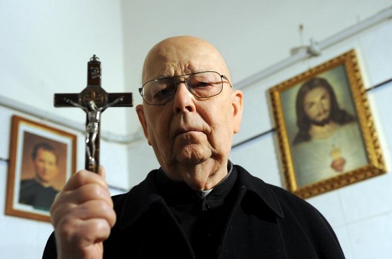 El P. Amorth fundó la Asociación Internacional de Exorcistas en 1990 y fue su presidente hasta que se retiró a los 75 años en el 2000