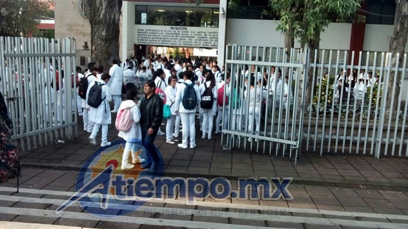 Como indican los protocolos, ante la confrontación entre estudiantes y rechazados, los veladores de las facultades mantuvieron cerradas las puertas hasta que se distensó la situación (FOTO: MARIO REBOLLAR)
