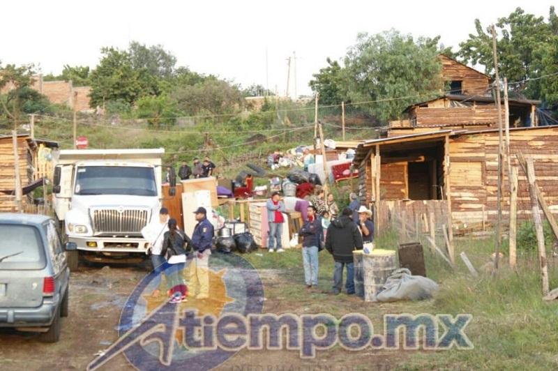 Fue necesaria la presencia de maquinaria pesada para desmantelar varias de las viviendas de madera y lámina de cartón que ya estaban instaladas en el lugar