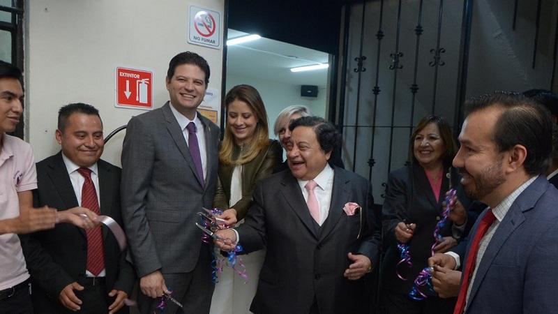 Acompañado por su esposa y presidenta del DIF Morelia, Paola Delgadillo, el alcalde escuchó las razones por las cuales es importante fomentar este hábito entre las madres