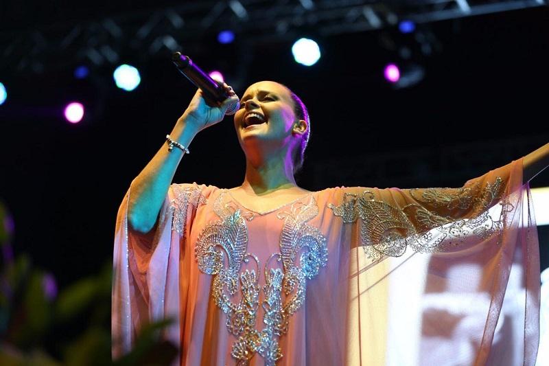 Las interpretaciones de la cantante, que se declaró más mexicana que española, fueron coreadas por los asistentes que estoicamente aguantaron las inclemencias del clima