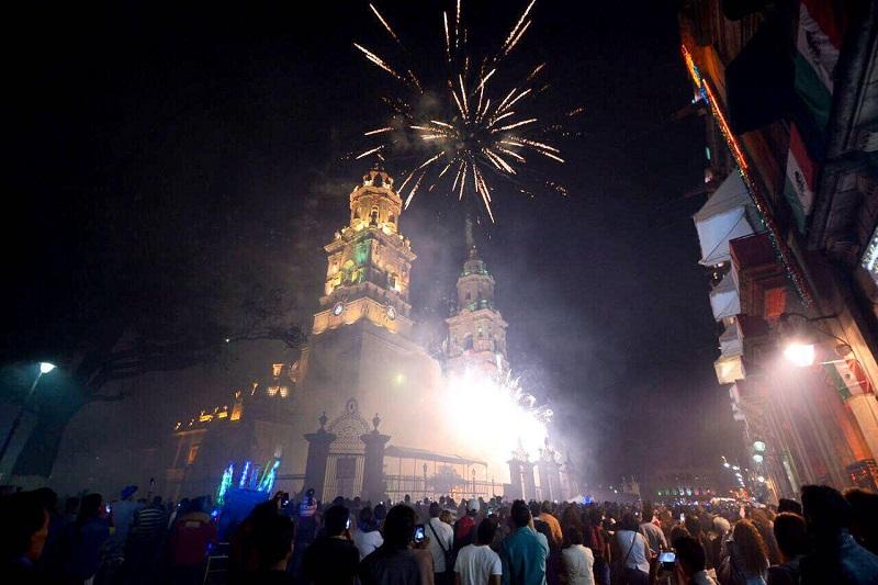 En este majestuoso marco, cientos de morelianos y visitantes pudieron disfrutar de un pletórico espectáculo entre edificios de cantera, en donde una reluciente Catedral se llenó de color para el disfrute de los asistentes