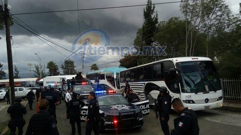 Dichos vehículos fueron escoltados por motocicletas y patrullas oficiales de la Policía Michoacán de la SSP, hasta ingresar a los detenidos a la sede central de la PGJE
