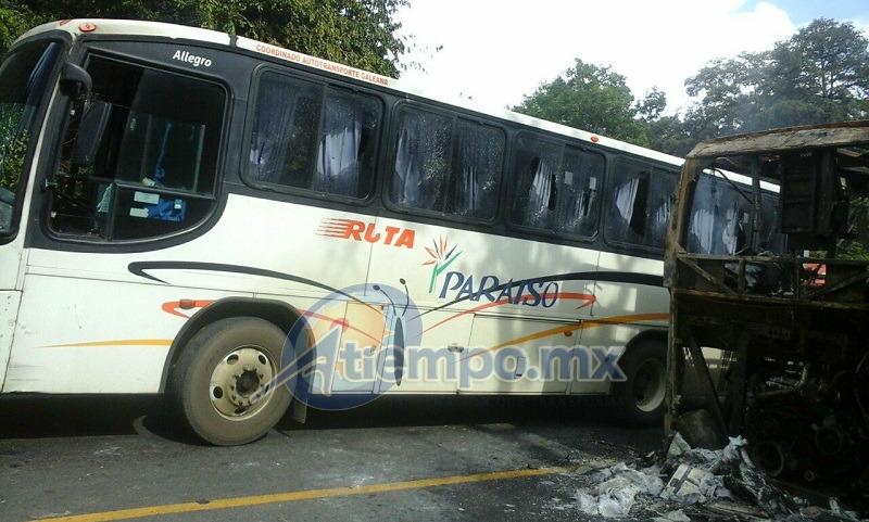 En esa zona se encontraron quemados un autobús de la línea ETN, así como una camioneta Urvan de la empresa Autocom Nissan, que transportaba refacciones automotrices (FOTOS: FRANCISCO ALBERTO SOTOMAYOR)
