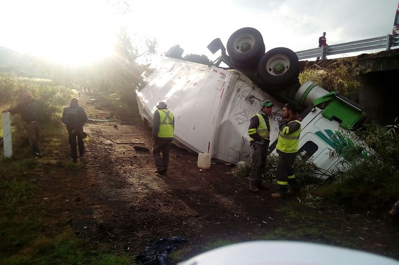 De acuerdo con la Policía Michoacán, el chofer de la unidad de carga resultó lesionado y fue trasladado a un hospital