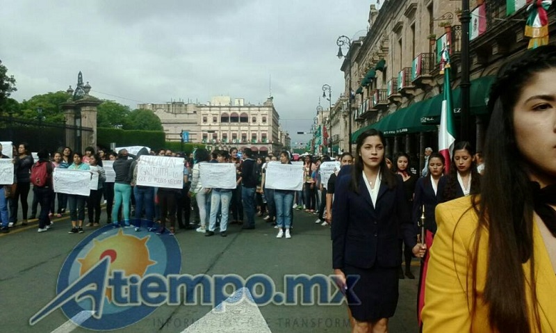 Las paristas intentaron entorpecer el evento solemne que realizaban los alumnos que sí quieren clases en la Universidad Michoacana (FOTO: MARIO REBOLLAR)