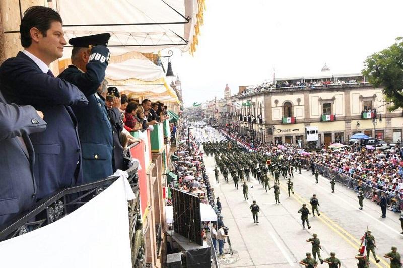 La Avenida Madero, en pleno Centro Histórico, se convirtió en el escenario ideal para que miles de personas abarrotaran las banquetas y edificios de cantera, para desde ahí, observar a los contingentes