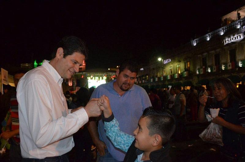 Miles de personas disfrutaron de la Verbena; el Alcalde entregó antojitos mexicanos