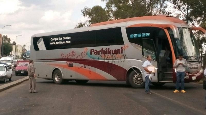 Mientras los vándalos cometían sus fechorías, los pasajeros del autobús permanecían asustados al interior del mismo (FOTO: MARIO REBOLLAR)