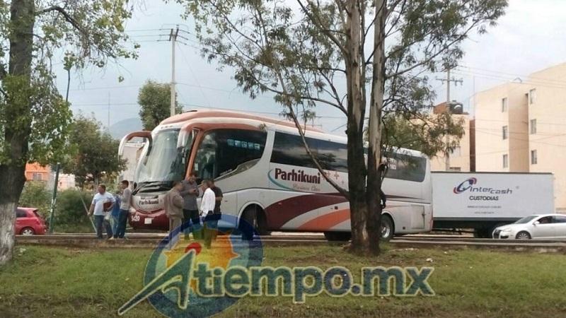 El autobús, de la línea Parhíkuni, ha sido atravesado sobre los carriles centrales, en el sentido de norte a sur, por lo que se está desviando el tránsito vehicular hacia la calle lateral (FOTOS: MARIO REBOLLAR)