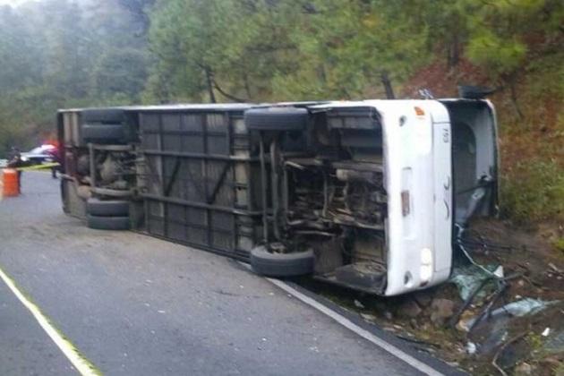 De acuerdo con fuentes policiales, en el accidente vehicular perdió la vida una mujer y quedaron lesionadas 30 personas, por lo que fueron trasladadas a hospitales de Zinapécuaro y Queréndaro